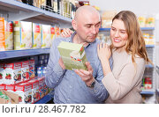 Купить «Family couple selection groats in grocery food store», фото № 28467782, снято 11 апреля 2018 г. (c) Яков Филимонов / Фотобанк Лори