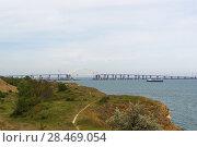 Вид на берег моря и Крымский мост со стороны города Керчи. Пасмурный день в мае 2018 года. Стоковое фото, фотограф Наталья Гармашева / Фотобанк Лори