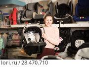 Купить «consumer with infant's car cradle», фото № 28470710, снято 19 декабря 2017 г. (c) Яков Филимонов / Фотобанк Лори