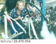 Купить «Portrait of young female who is cheking wheels», фото № 28470954, снято 13 сентября 2017 г. (c) Яков Филимонов / Фотобанк Лори