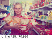 Купить «Girl is standing with packets of popcorn», фото № 28470986, снято 5 августа 2017 г. (c) Яков Филимонов / Фотобанк Лори