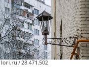 Купить «Декоративный уличный фонарь на стене кирпичного  жилого дома в центре Москвы», эксклюзивное фото № 28471502, снято 17 ноября 2009 г. (c) Алёшина Оксана / Фотобанк Лори
