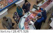 Купить «Вид сверху на торговый ряд рыбного рынка, покупателей и продавцов», видеоролик № 28471526, снято 20 мая 2018 г. (c) А. А. Пирагис / Фотобанк Лори