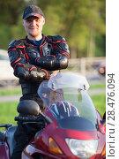 Портрет мужчины в мотоэкипировке на мотоцикле. Стоковое фото, фотограф Кекяляйнен Андрей / Фотобанк Лори