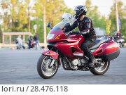 Купить «Мотоциклист проезжает по асфальтовой дороге на мотоцикле», фото № 28476118, снято 17 мая 2018 г. (c) Кекяляйнен Андрей / Фотобанк Лори