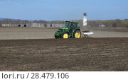 Купить «Сельскохозяйственный трактор за работой на поле», видеоролик № 28479106, снято 30 мая 2018 г. (c) А. А. Пирагис / Фотобанк Лори