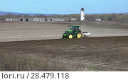 Купить «Весенняя запашка поля», видеоролик № 28479118, снято 30 мая 2018 г. (c) А. А. Пирагис / Фотобанк Лори