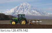 Купить «Весенняя пахота, трактор с плугом вспахивает поле на фоне вулкана», видеоролик № 28479142, снято 30 мая 2018 г. (c) А. А. Пирагис / Фотобанк Лори