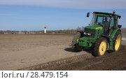 Купить «Сельскохозяйственный трактор с плугом работает на поле весной», видеоролик № 28479154, снято 30 мая 2018 г. (c) А. А. Пирагис / Фотобанк Лори