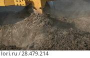 Купить «Сельскохозяйственный трактор плугом пашет землю. Slow motion», видеоролик № 28479214, снято 30 мая 2018 г. (c) А. А. Пирагис / Фотобанк Лори