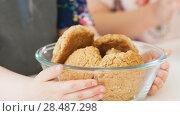 Купить «Little girl holds homemade cookies», фото № 28487298, снято 3 июля 2020 г. (c) Константин Шишкин / Фотобанк Лори