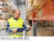 Купить «warehouse worker with clipboard and plastic box», фото № 28490502, снято 9 декабря 2015 г. (c) Syda Productions / Фотобанк Лори
