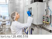 Купить «woman programming computer at ice cream factory», фото № 28490518, снято 17 июля 2017 г. (c) Syda Productions / Фотобанк Лори