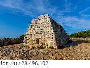 Menorca Ciutadella Naveta des Tudons megalithic chamber tomb In Balearic islands (2013 год). Стоковое фото, фотограф Tono Balaguer / Ingram Publishing / Фотобанк Лори
