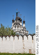 Купить «Dome of Annunciation Cathedral and bell tower above monastery wall and blooming garden. Murom, Russia», фото № 28503086, снято 13 мая 2018 г. (c) Юлия Бабкина / Фотобанк Лори