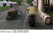 Купить «Мотоциклист стартует на мотоцикле на короткую дистанцию по отмашке клетчатого флага. Фестиваль Мотостолица в Санкт-Петербурге», видеоролик № 28509650, снято 31 мая 2018 г. (c) Кекяляйнен Андрей / Фотобанк Лори