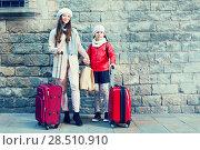 Купить «woman with child with baggage near wall», фото № 28510910, снято 19 ноября 2017 г. (c) Яков Филимонов / Фотобанк Лори