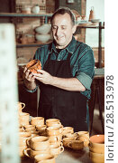 Купить «Master among the pottery», фото № 28513978, снято 12 октября 2016 г. (c) Яков Филимонов / Фотобанк Лори