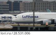 Купить «Lufthansa Airbus 380 taxiing», видеоролик № 28531006, снято 19 июля 2017 г. (c) Игорь Жоров / Фотобанк Лори