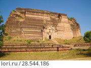 Разрушенное землетрясением старинное основание гигантской ступы  Mingun Pahtodawgyi Paya крупным планом. Мингун, Мьянма (2016 год). Стоковое фото, фотограф Виктор Карасев / Фотобанк Лори