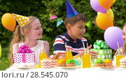 Купить «kids giving presents to birthday child at party», видеоролик № 28545070, снято 5 июня 2018 г. (c) Syda Productions / Фотобанк Лори