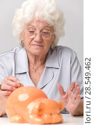 Купить «Woman with piggy bank», фото № 28549462, снято 21 июня 2018 г. (c) age Fotostock / Фотобанк Лори
