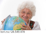 Купить «Older person with globe», фото № 28549478, снято 21 июня 2018 г. (c) age Fotostock / Фотобанк Лори