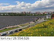 Набережная Ижевского пруда в центре города летом. Ижевск (2018 год). Редакционное фото, фотограф Алексей Гусев / Фотобанк Лори