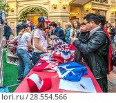 Купить «Иностранные туристы в дни чемпионата по футболу раскупают сувениры в ГУМе», эксклюзивное фото № 28554566, снято 9 июня 2018 г. (c) Виктор Тараканов / Фотобанк Лори