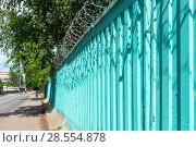 Купить «Бетонный забор с колючей проволокой», эксклюзивное фото № 28554878, снято 9 июня 2018 г. (c) Александр Щепин / Фотобанк Лори