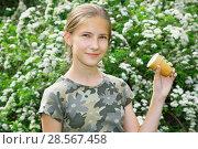Купить «Улыбающаяся девочка со стаканчиком мороженого в руке в летнем парке», фото № 28567458, снято 11 июня 2018 г. (c) Круглов Олег / Фотобанк Лори