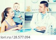 Купить «Adult male doctor leading medical appointment», фото № 28577094, снято 27 мая 2017 г. (c) Яков Филимонов / Фотобанк Лори