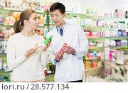 Купить «specialist helping client choose medicine in pharmacy», фото № 28577134, снято 26 марта 2018 г. (c) Яков Филимонов / Фотобанк Лори