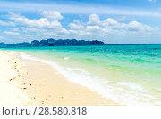 Купить «Остров Ко Пода, Провинция, Краби, Таиланд. Волны прибоя накатывают на белый песчаный пляж», фото № 28580818, снято 17 февраля 2013 г. (c) Игорь Рожков / Фотобанк Лори