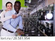 Купить «Adult couple chooses cooktop in store», фото № 28581954, снято 21 февраля 2018 г. (c) Яков Филимонов / Фотобанк Лори