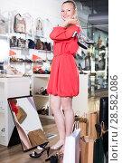 girl trying on heel sandals. Стоковое фото, фотограф Яков Филимонов / Фотобанк Лори