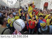 Купить «Ликующие фанаты из Колумбии на Никольской улицы Москвы», эксклюзивное фото № 28590054, снято 16 июня 2018 г. (c) Дмитрий Неумоин / Фотобанк Лори