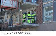 Купить «Рабочие на стройке современного жилого дома. Турку, Финляндия», видеоролик № 28591922, снято 23 февраля 2018 г. (c) Виктор Карасев / Фотобанк Лори