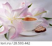 Купить «Кофе с корицей и печенье. Кофе в белой чашке и цветок лилии», фото № 28593442, снято 16 июня 2018 г. (c) ирина реброва / Фотобанк Лори