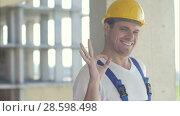 Купить «Cheerful builder showing ok sign», видеоролик № 28598498, снято 22 августа 2017 г. (c) Vasily Alexandrovich Gronskiy / Фотобанк Лори