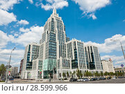 Вид на многофункциональный комплекс «Оружейный» в солнечный летний день. Москва (2018 год). Редакционное фото, фотограф E. O. / Фотобанк Лори