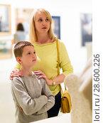 Купить «Mother and son exploring expositions», фото № 28600226, снято 18 марта 2017 г. (c) Яков Филимонов / Фотобанк Лори