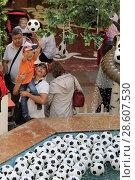 Купить «Москва, ребёнок кидает футбольный мяч в главном фонтане ГУМа», эксклюзивное фото № 28607530, снято 16 июня 2018 г. (c) Дмитрий Неумоин / Фотобанк Лори
