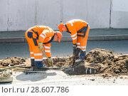 Купить «Рабочие ремонтируют канализационные колодцы на проспекте Мира. Москва», эксклюзивное фото № 28607786, снято 21 августа 2010 г. (c) Алёшина Оксана / Фотобанк Лори