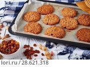 Купить «freshly baked crispy Oatmeal Cookies, close-up», фото № 28621318, снято 18 июня 2018 г. (c) Oksana Zh / Фотобанк Лори