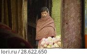 Купить «KATHMANDU, NEPAL - MARCH, 2018: Hindu man sells apples on the street, march, 2018», видеоролик № 28622650, снято 17 июня 2018 г. (c) Dzmitry Astapkovich / Фотобанк Лори