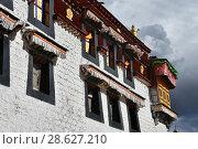 Фрагмент типового дома в историческом центре Лхасы (2018 год). Стоковое фото, фотограф Овчинникова Ирина / Фотобанк Лори