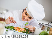 Купить «Crestive chef decorating shrimps dish for client», фото № 28628254, снято 23 июля 2018 г. (c) Яков Филимонов / Фотобанк Лори