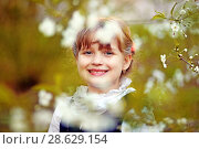 Купить «Ребенок-школьник в цветущих садах», эксклюзивное фото № 28629154, снято 8 мая 2018 г. (c) Инна Козырина (Трепоухова) / Фотобанк Лори