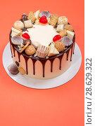 Купить «Большой праздничный торт на оранжевом фоне, вид сверху», фото № 28629322, снято 21 июня 2018 г. (c) V.Ivantsov / Фотобанк Лори